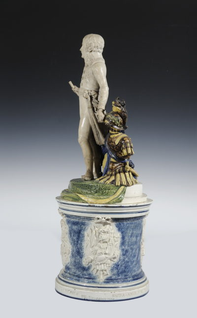 Groupe en faïence française et son socle. Représentant Bonaparte 1er Consul - Patrimoine Charles-André COLONNA WALEWSKI, en ligne directe de Napoléon