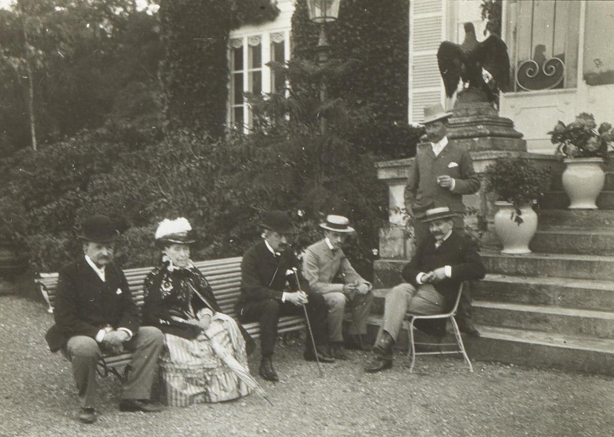 Photographie de Charles Walewski devant sa propriété - Patrimoine Charles-André COLONNA WALEWSKI, en ligne directe de Napoléon