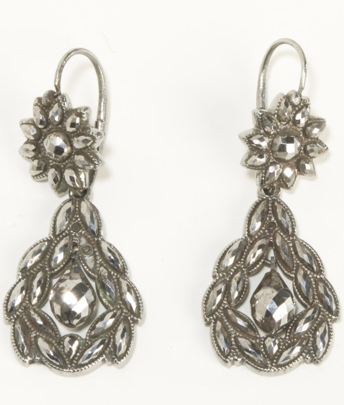 Boucles d'oreilles en fer de Toula - Patrimoine Charles-André COLONNA WALEWSKI, en ligne directe de Napoléon